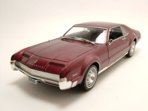 Oldsmobile Toronado Hard Top 1966 Lucky Diecast 1:18